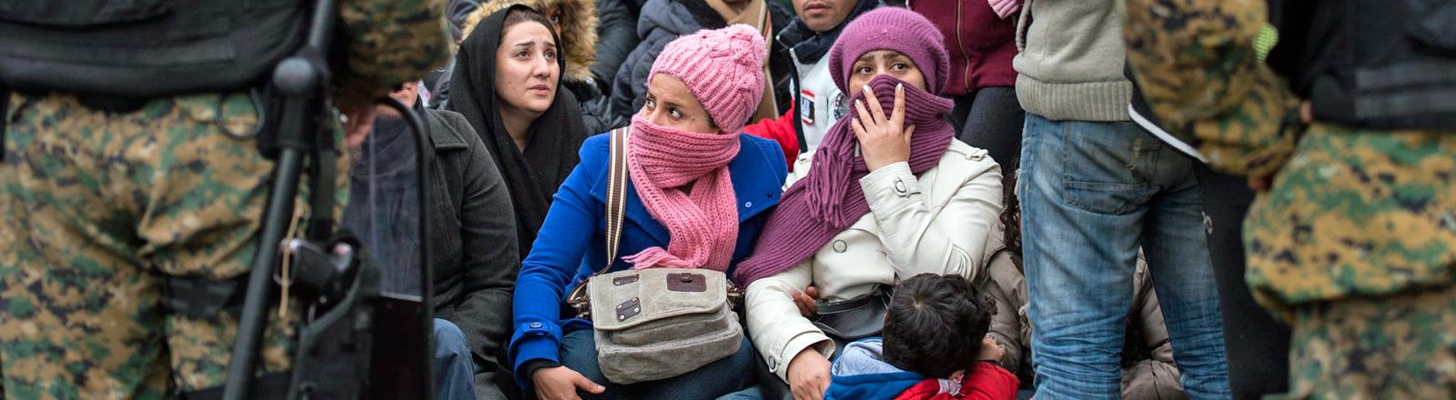 Flüchtlinge hängen an der Grenze zu Mazedonien fest.