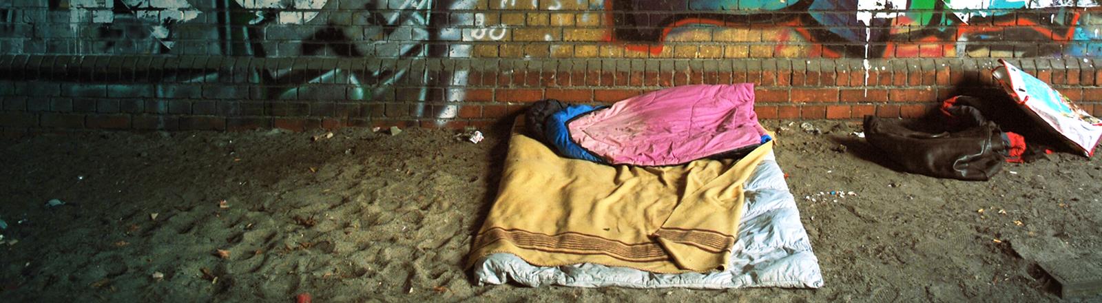 Schlafplatz unter einer Brücke.