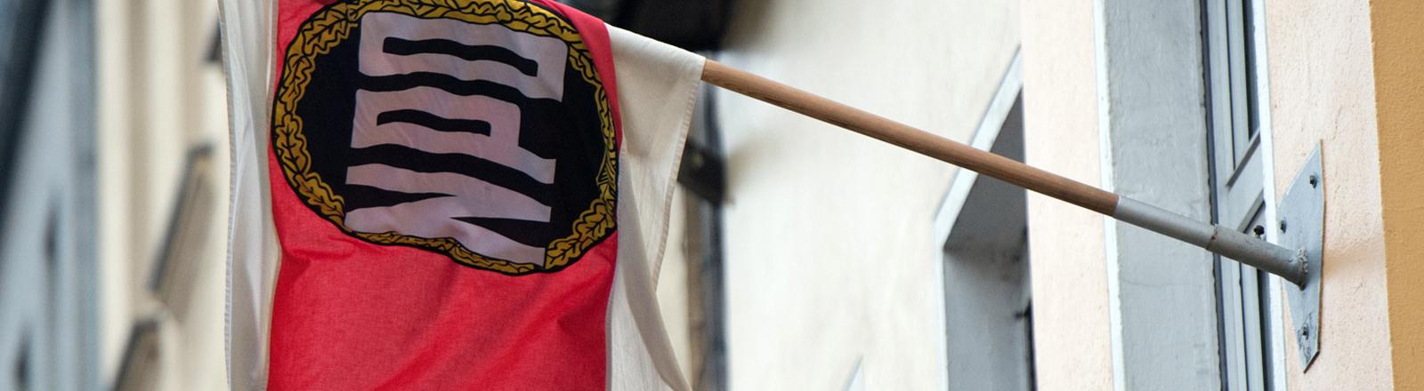 Eine Fahne der NPD hängt am 04.12.2013 in Berlin an der Parteizentrale.