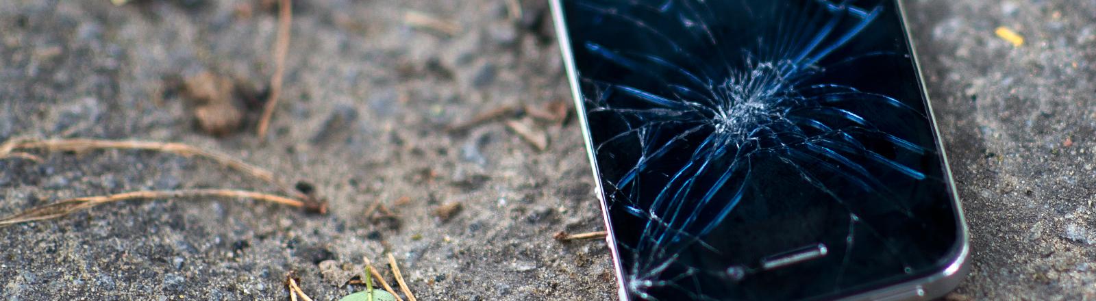 Ein Smartphone mit zerstörtem Display.