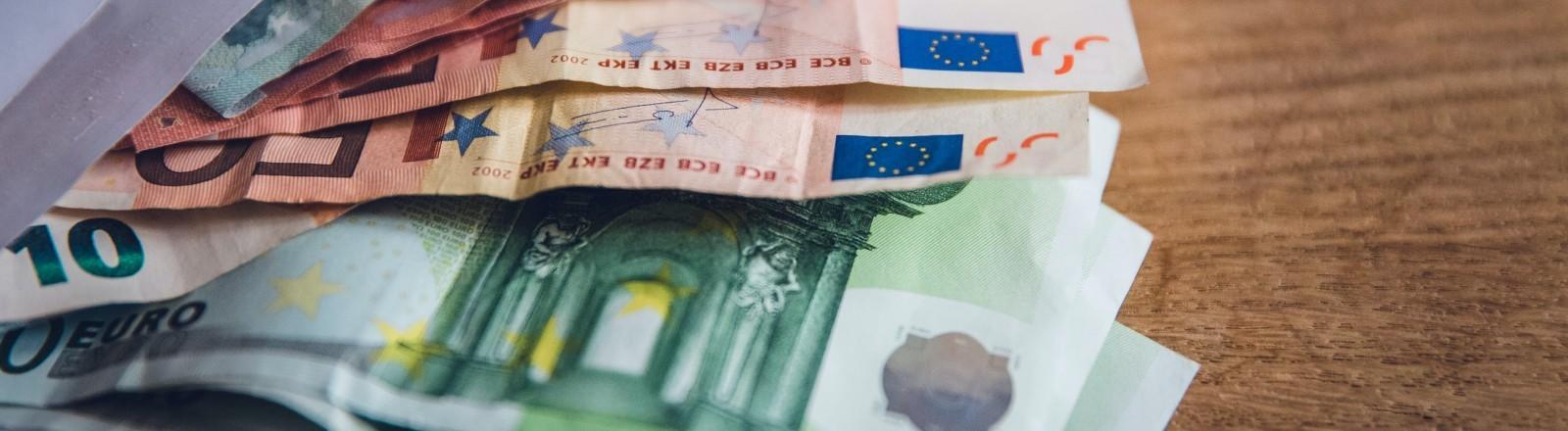 Mehrere Euroscheine liegen in einem Briefumschlag.