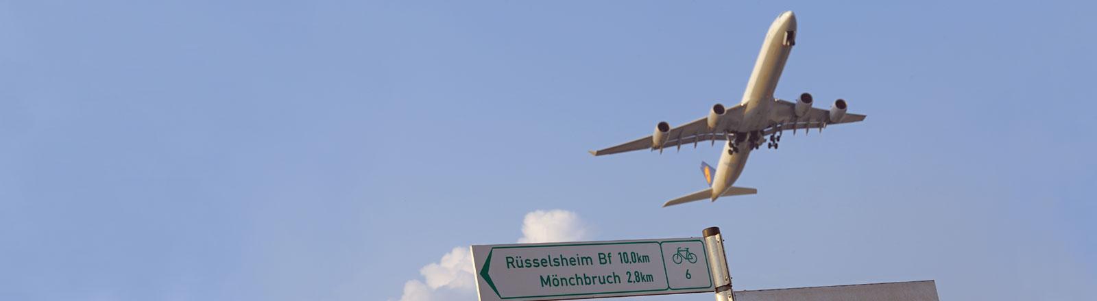 Flugzeug und Fahradweg-Schild