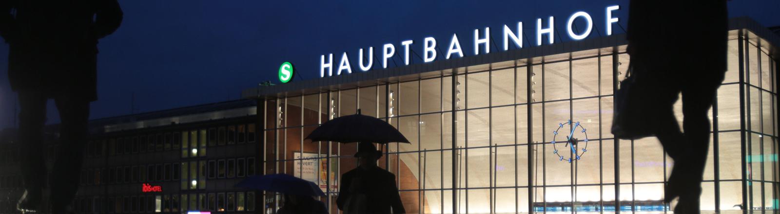 Blick auf den Kölner Hauptbahnhof bei Nacht.
