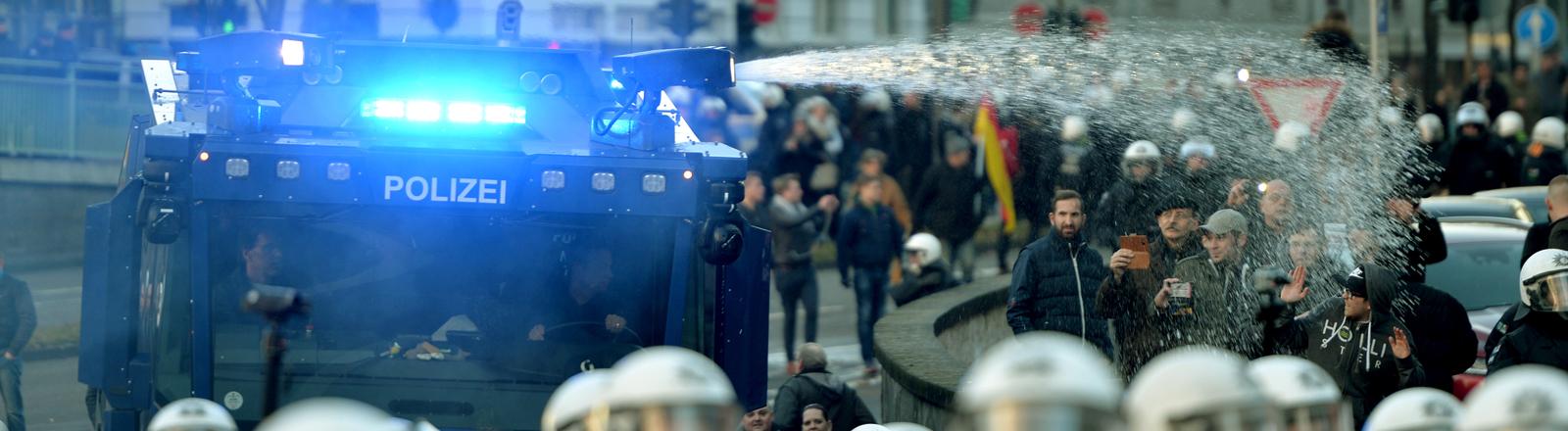 Demo von Pegida und Pro NRW am 9.1.2016 in Köln.