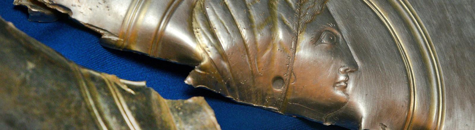 Ein Silberteller aus der Spätantike, der in der Mitte kaputt ist; Foto: dpa