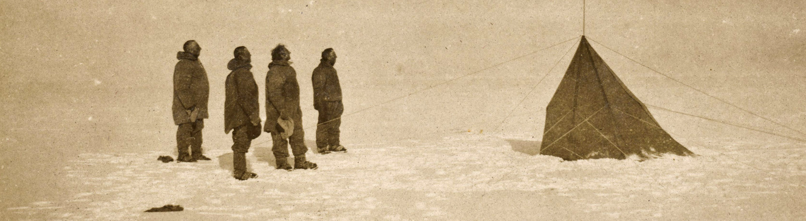 Das Archivfoto zeigt Roald Amundsen und drei Begleiter am Südpol; Foto: dpa