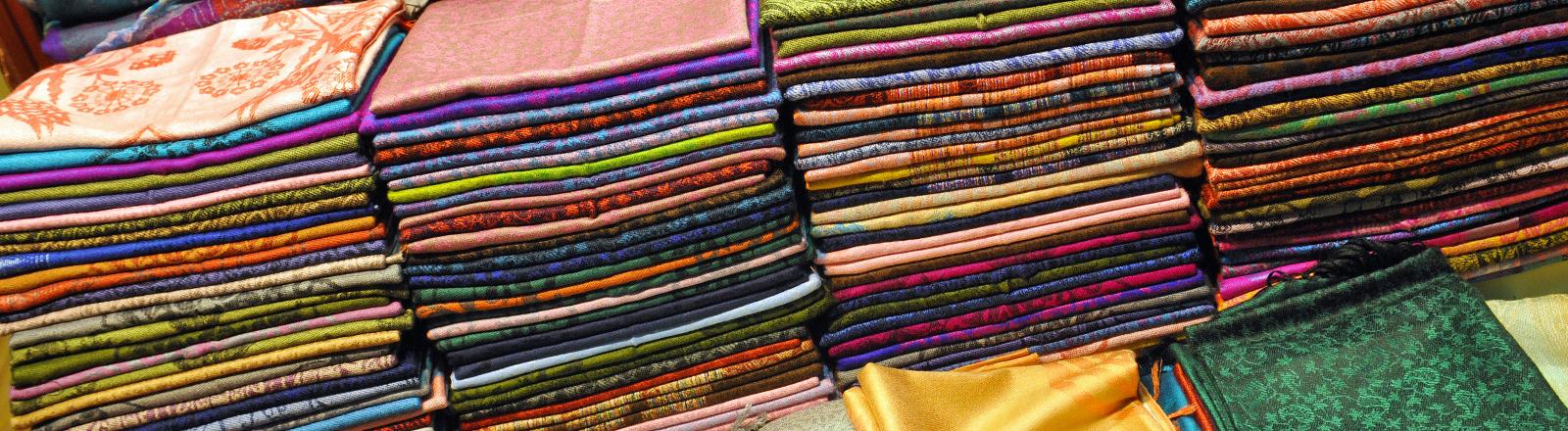 Auslagen in einem Geschäft für Tücher und Schals, aufgenommen am 19.10.2013 im Großen Basar von Istanbul