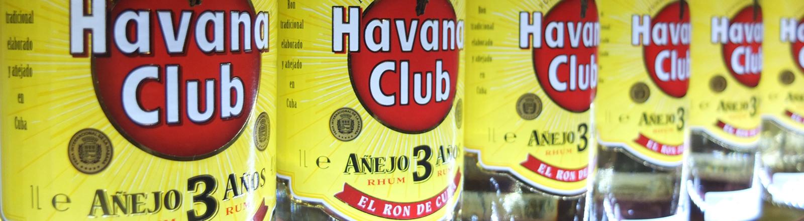 """""""Havana Club""""-Flaschen stehen in einem Regal."""