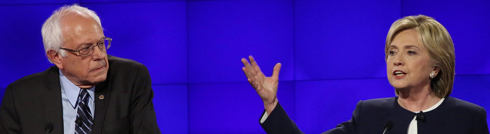 Bernie Sanders (links) und Hillary Clinton bei einer Debatte zwischen Präsidentschaftskandidaten der Demokraten im Oktober 2015.
