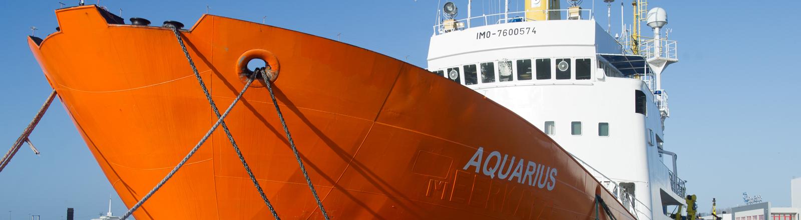 """Das Spezialschiff """"Aquarius"""" von SOS MEDITERRANEE liegt am 28.01.2016 im Hafen von Sassnitz-Mukran auf der Insel Rügen."""
