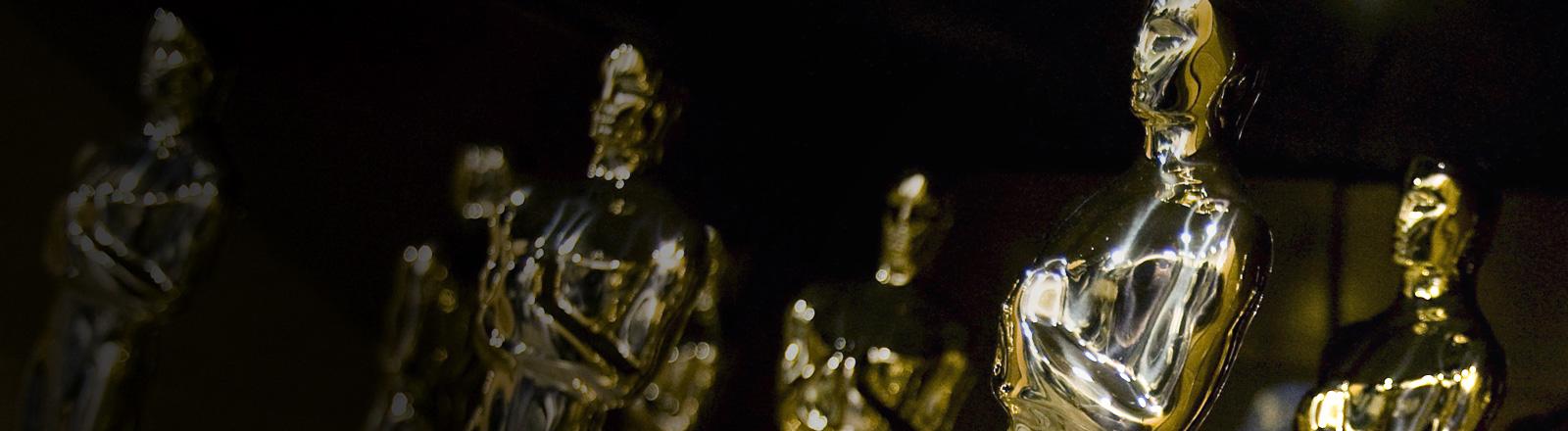 Statuen der Oscars stehen nebeneinander; Foto: dpa