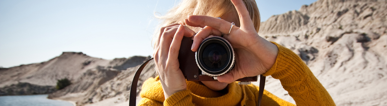 Eine Frau macht ein Foto.