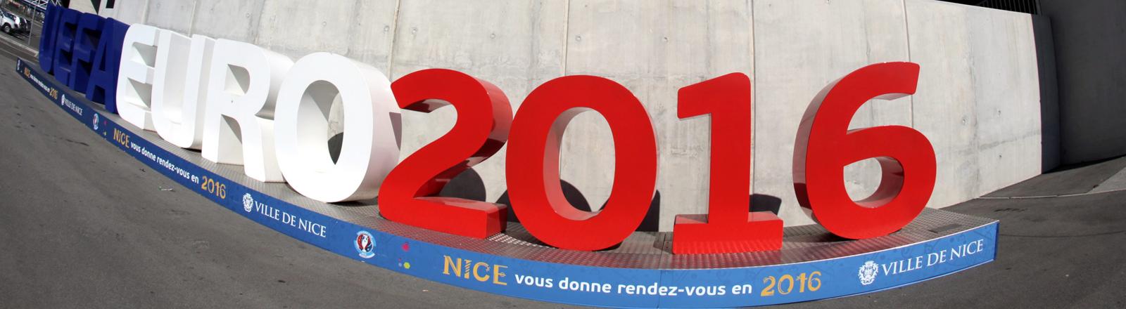 Banner für die Fußball-EM 2016 vor dem Stadion in Nizza.
