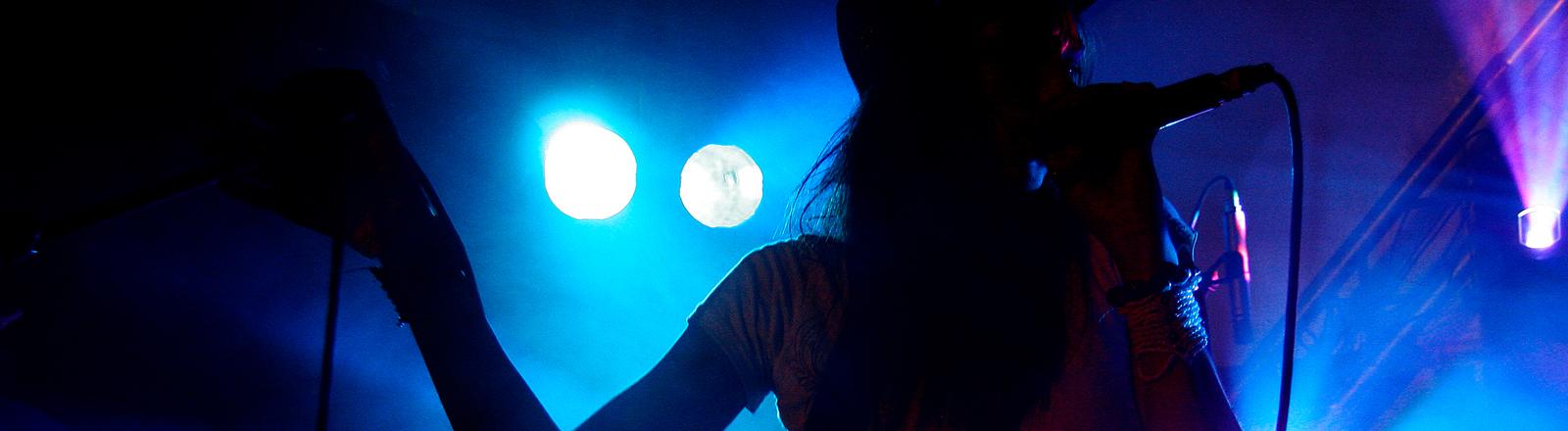 Eine Sängerin steht auf der Bühne.