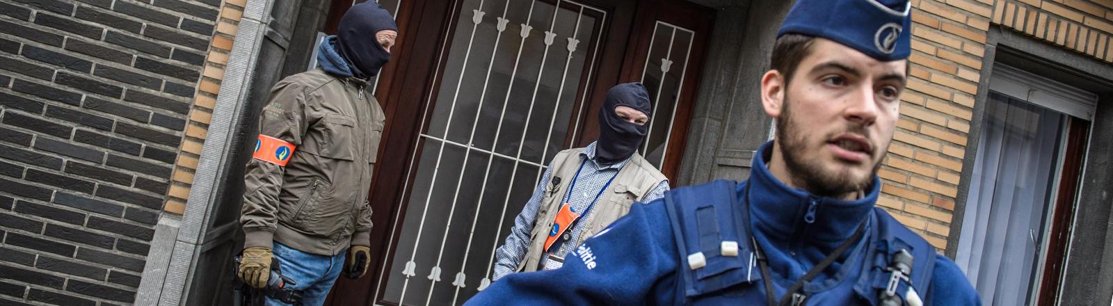 Ein Belgischer Journalist sichert ein Gebäude in Brüssel.