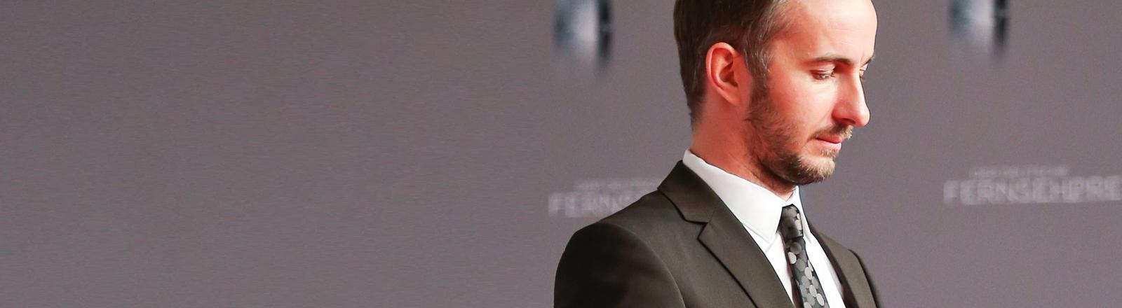 Satiriker und Moderator Jan Böhmermann kommt am 13.01.2016 in Düsseldorf (Nordrhein-Westfalen) zur Verleihung des Deutschen Fernsehpreises.