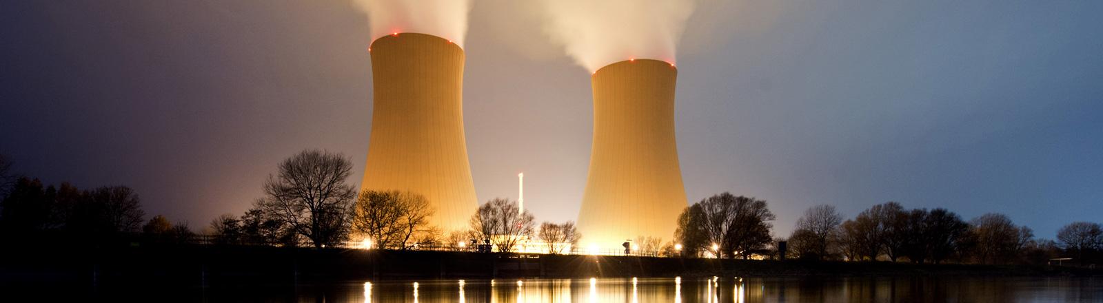 Das Kernkraftwerk Grohnde bei Nacht; Foto: dpa