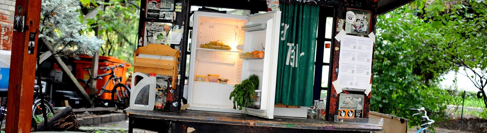 Ein öffentlicher Kühlschrank in Berlin. Der Kühlschrank ist in ein altes Kiosk eingebaut. Dort können Lebensmittel hinterlegt und verschenkt werden; Foto: dpa