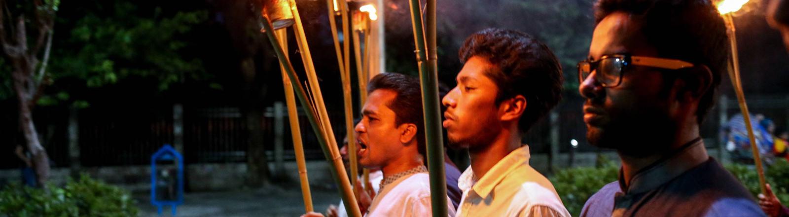Die Studentenvereinigung in Bangladesch protestiert gegen die Ermordung von Yulhaz Mannan, der Chefredakteur des ersten lesbisch und schwulen Magazins in Bangladesch war.