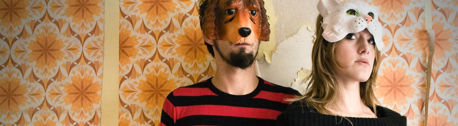 Ein Pärchen mit Tiermasken.