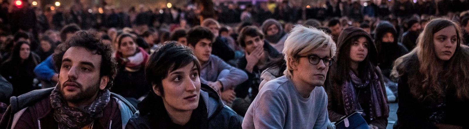 Ein Sitzstreik in Paris am 1. Mai 2016. Viele junge Menschen sitzen nebeneinander auf dem Platz der Republik; Foto: dpa