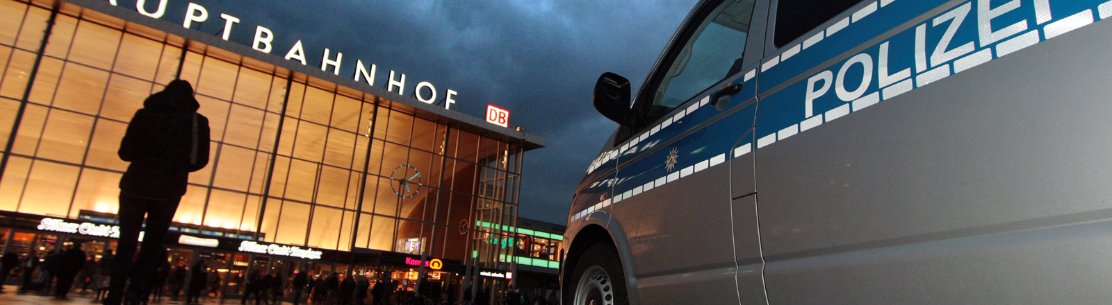 Auf dem Platz vor dem Kölner Bahnhof parkt ein Polizeiauto.