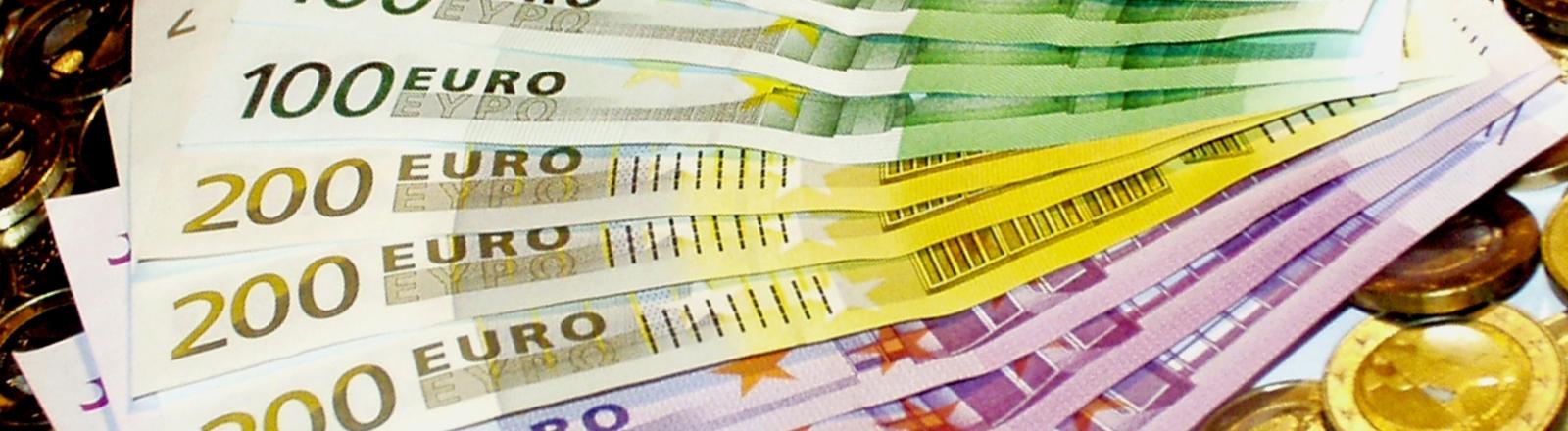 Mehrere Euro-Scheine auf einem Haufen.