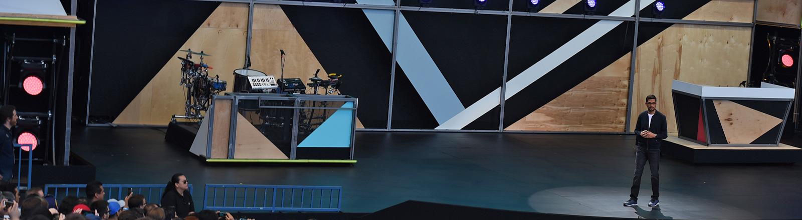 Beim Start der Entwicklerkonferenz Google I/O steht Google-Chef Sundar Pichai auf einer großen Bühne (18.05.2016); Foto: dpa