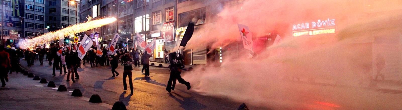 Nach dem Minenunglück in Soma kam es in Istanbul zu Protesten, die die Polizei gewaltsam niedergeschlagen hat.