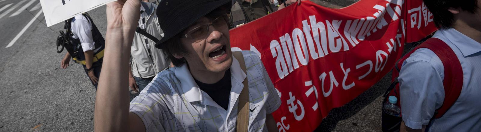 Ein Mann protestiert gegen den G7-Gipfel in Japan am 22.05.2016.