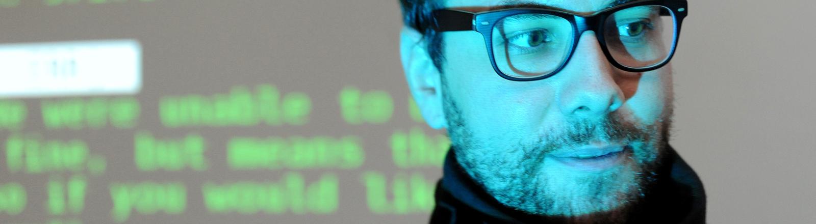 """Der Wikileaks-Aktivist Jacob Appelbaum stellt am 21.10.2015 seine Ausstellung """"Autonomy Cube"""" im Kunstmuseum """"Edith-Russ-Haus"""" in Oldenburg (Niedersachsen) vor."""