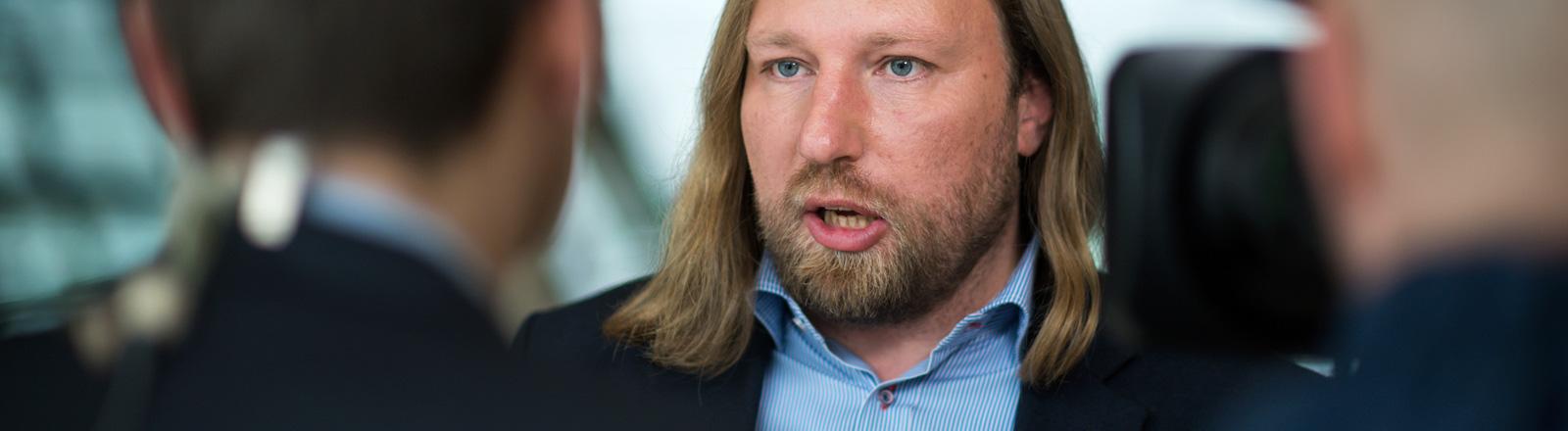 Der Grünen-Politiker Anton Hofreiter spricht zu zwei Journalisten; Foto: dpa