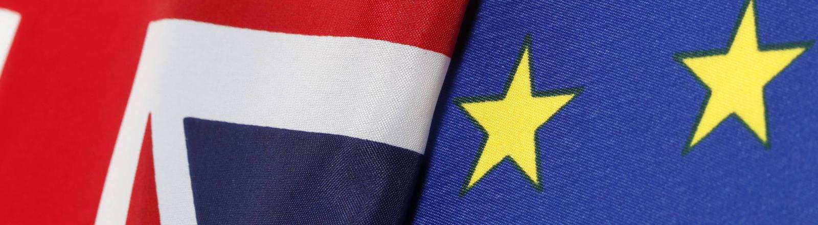 Die britische Flagge liegt auf der EU-Flagge.