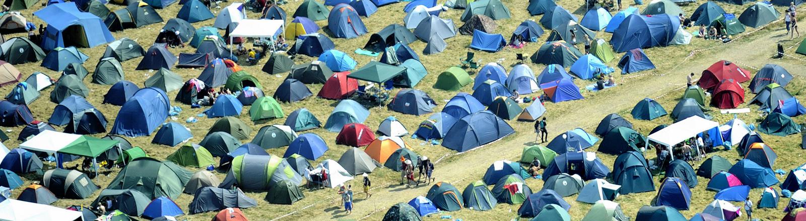 Sehr viele Zelte auf einem Festivalgelände.