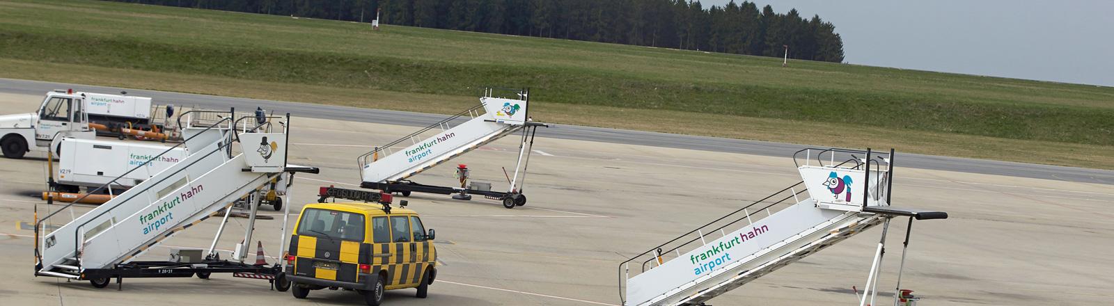 Auf dem Rollfeld des Regionalflughafens Hahn stehen drei Gangways; Foto: dpa
