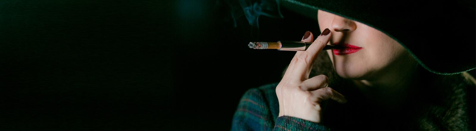 Eine Frau raucht Zigarette. Timmzie | Photocase https://www.photocase.de
