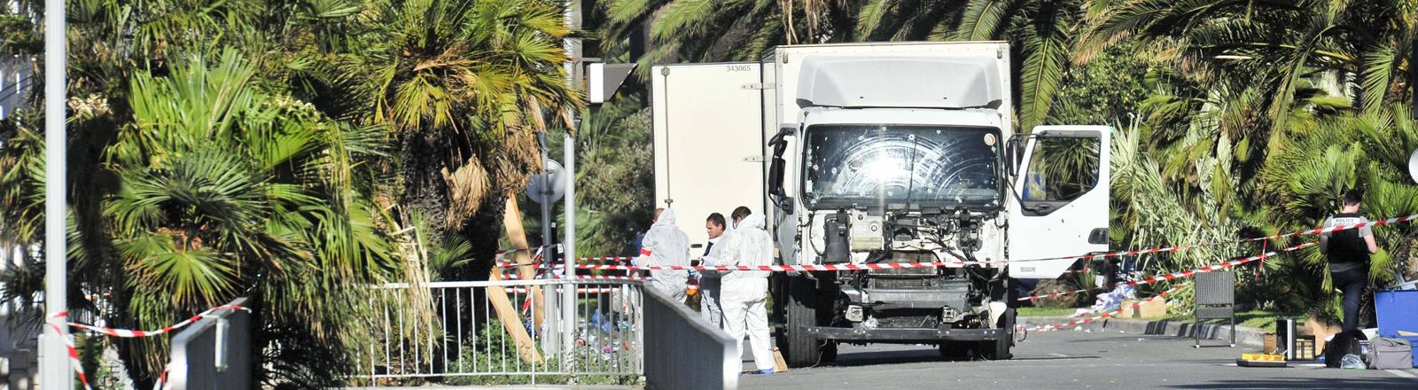 Am 15.07.2016 steht der Lastwagen in Nizza, mit dem mehr als 80 Menschen getötet wurden.