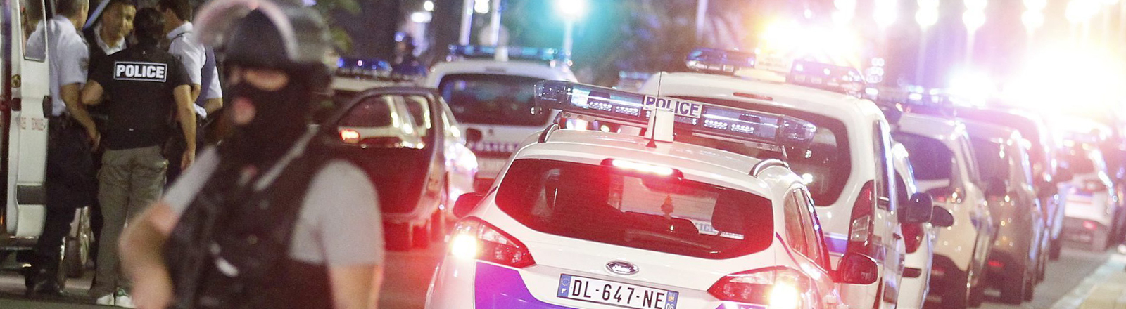 In der Nacht zum 15.07.2016 stehen Polizisten in Nizza.