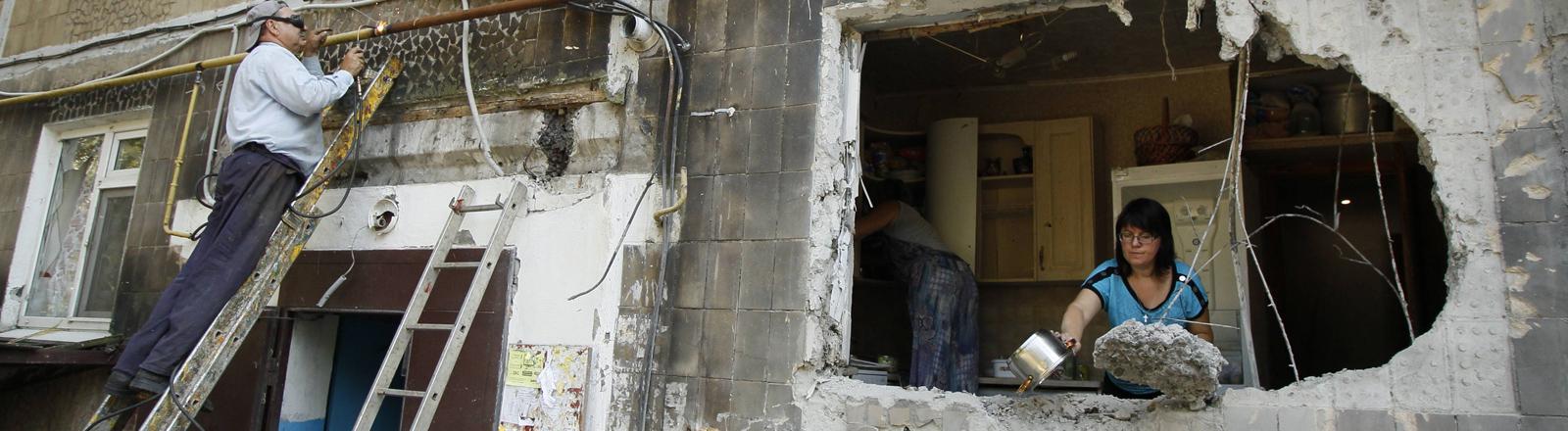 Durch den Krieg zerstörtes Haus in Jassynuwata in der Region Donezk am 01.08.2016.