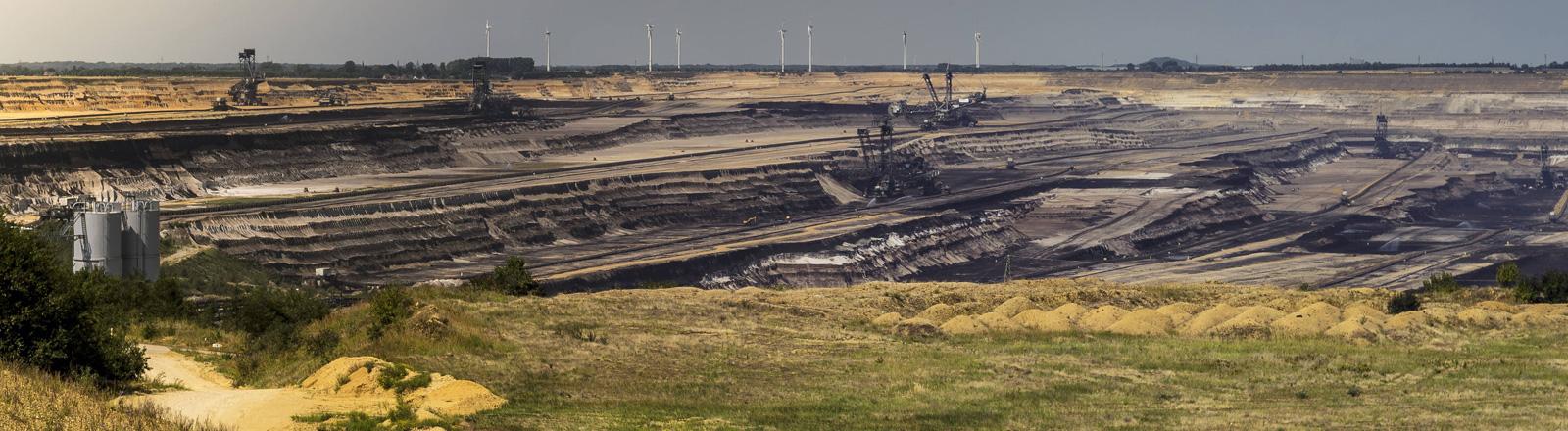 Blick auf den Braunkohletagebau Garzweiler II.