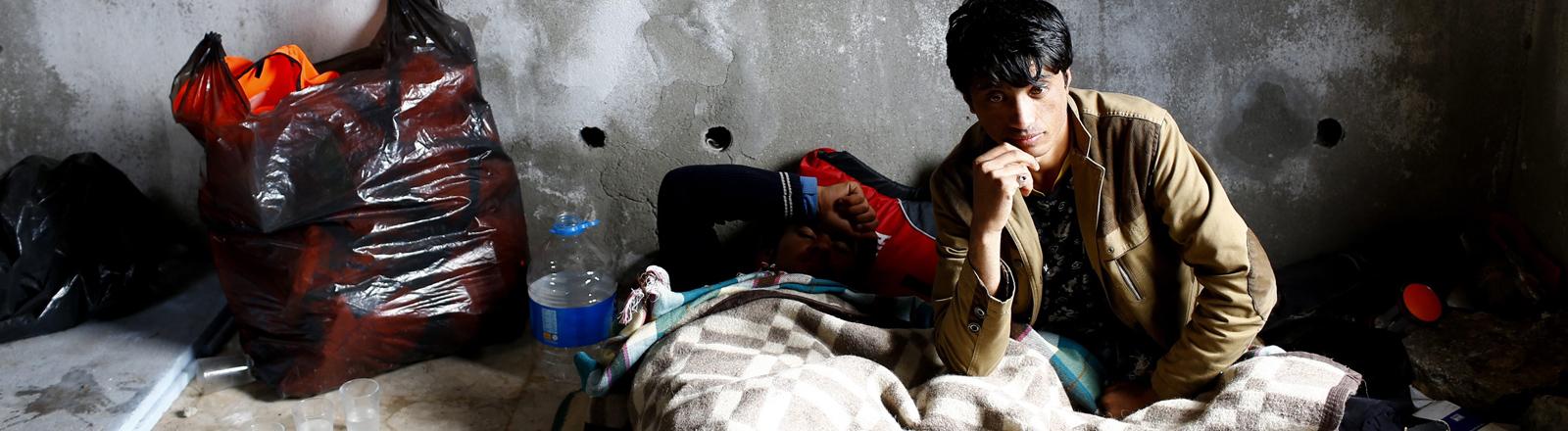 Afghanische Flüchtlinge übernachten in einem verlassenen Haus in Izmir in der Türkei.