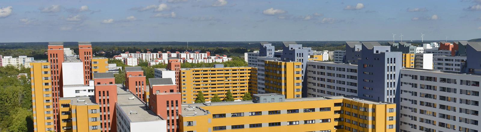 Blick auf Hochhäuser im Märkischen Viertel in Berlin.
