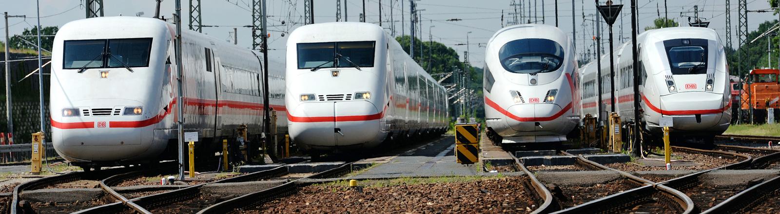 Vier Generationen des ICEs stehen auf Gleisen nebeneinander; Foto: dpa