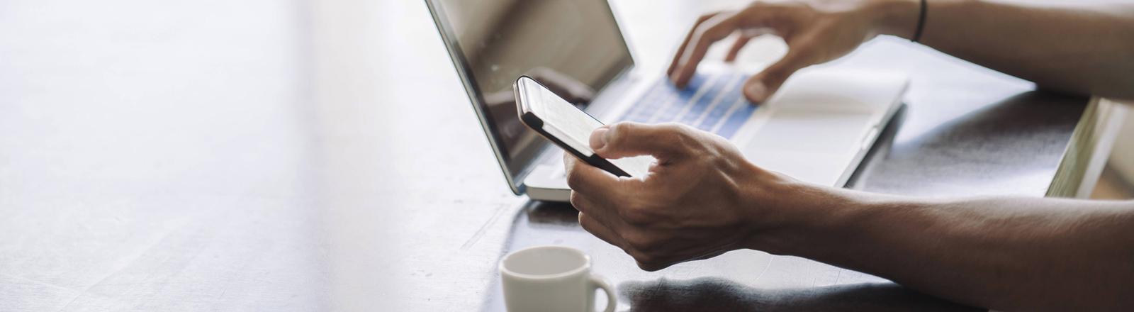 Computer und Smartphone