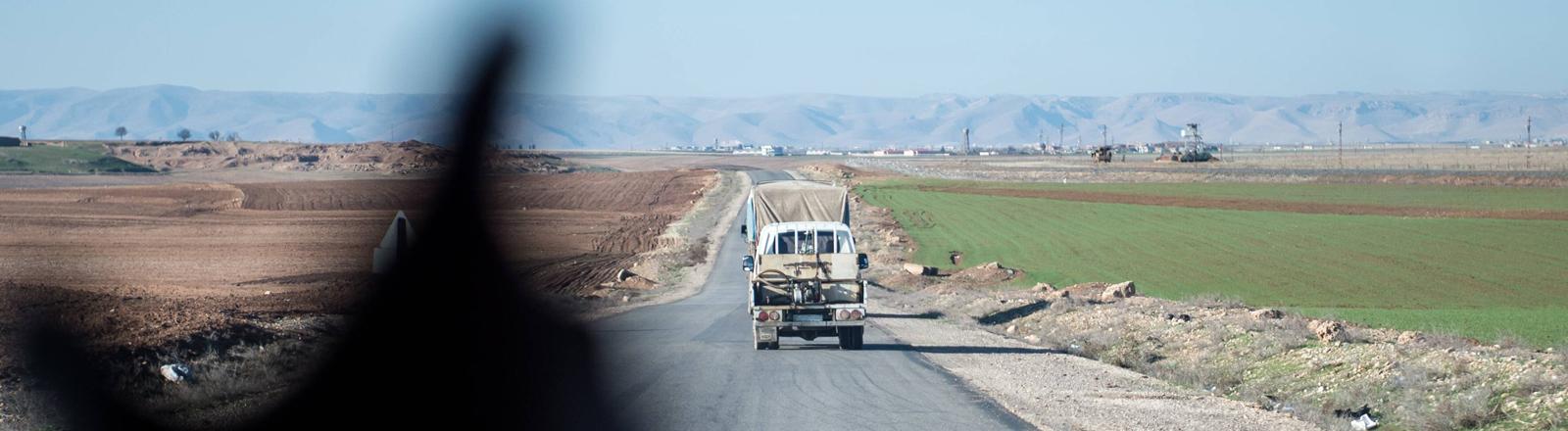 Grenzstreifen zwischen Türkei und Syrien. Auf der Seite der Türkei ist eine Unmenge an Natodraht installiert und alles vermint worden.