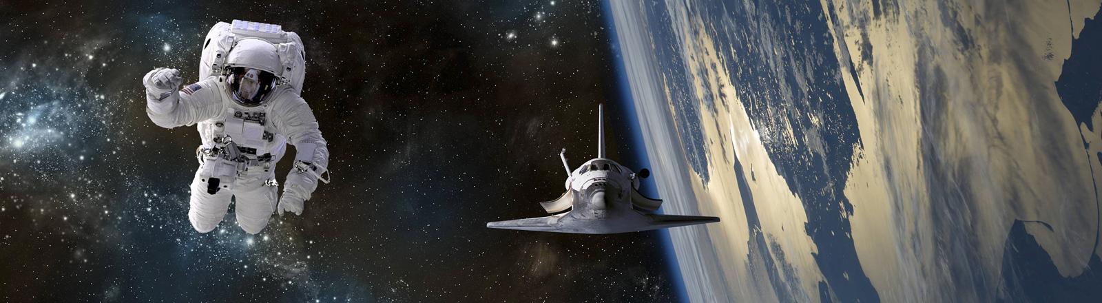 Ein Astronaut bewegt sich frei im All. Neben ihm ist ein Space Shuttle. Im Hintergrund die Erde.