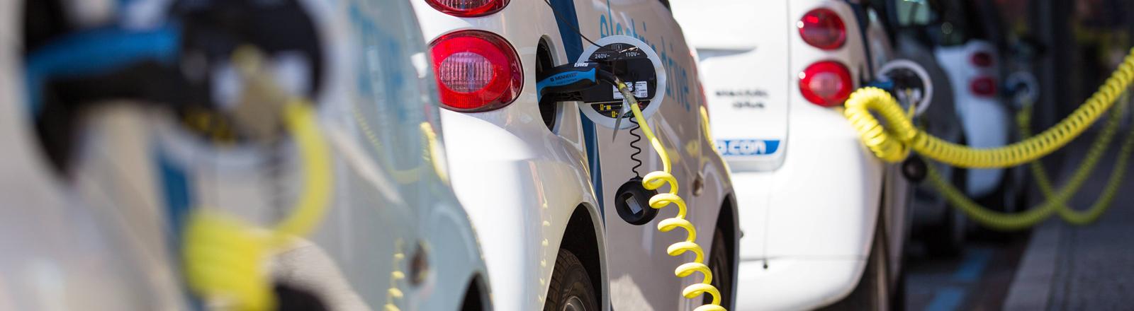 Elektroautos werden aufgetankt.