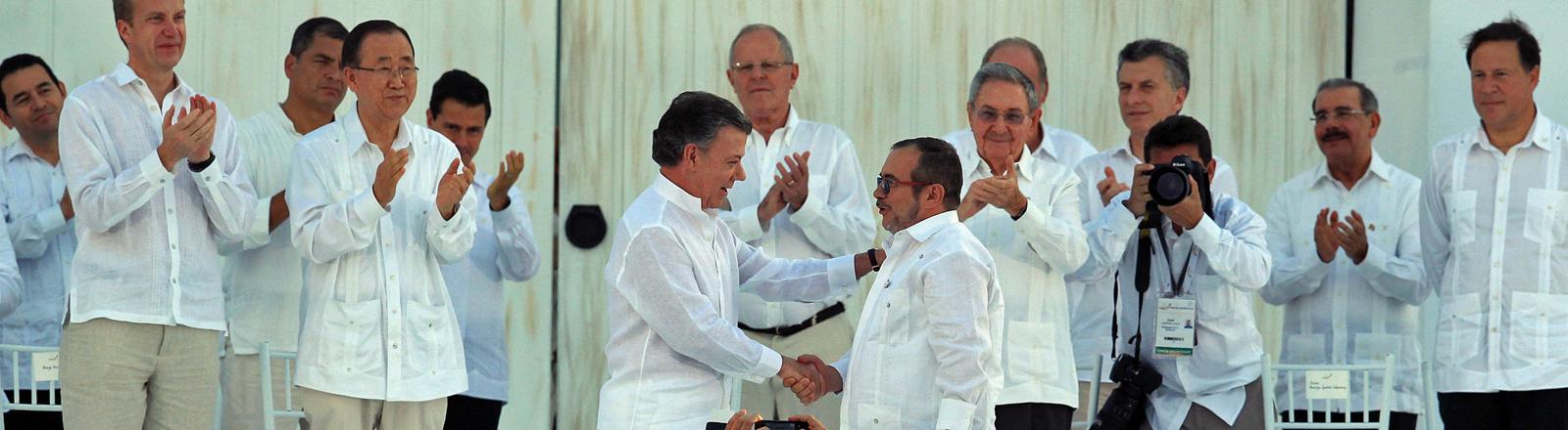 Kolumbiens Präsident Juan Manuel Santos und Farc-Chef Rodrigo Londono Echeverri.