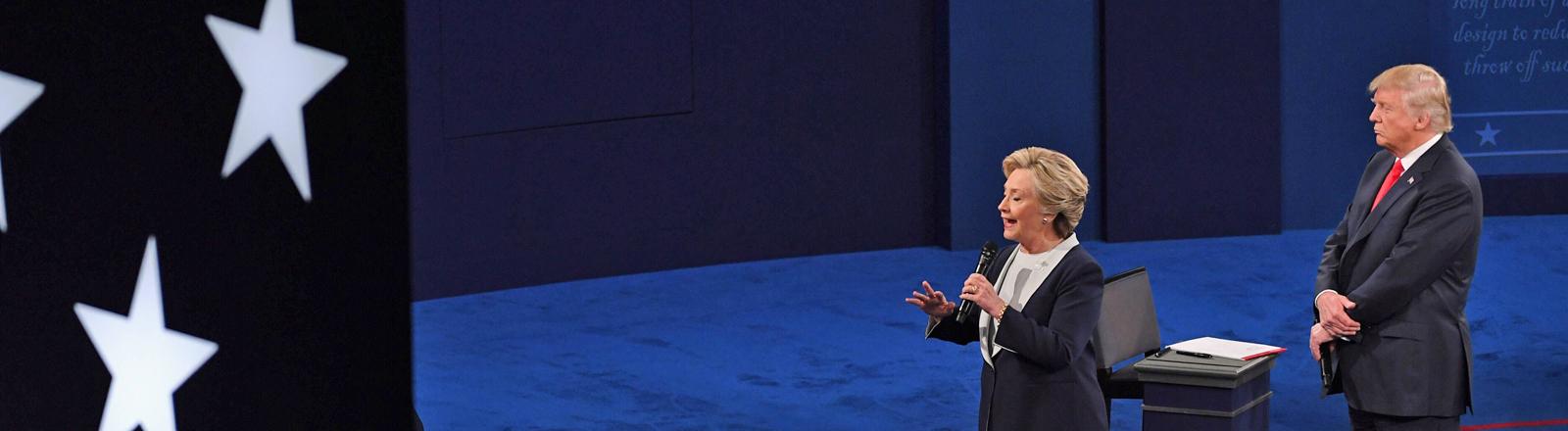 Hillary Clinton und Donald Trump bei der zweiten TV-Debatte am 09.10.2016.
