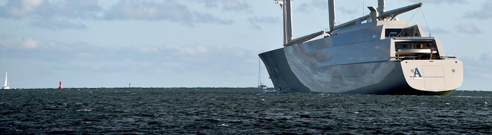 Die 143 Meter lange «Sailing Yacht A» läuft am 04.10.2016 in Kiel (Schleswig-Holstein) zu einer Probefahrt auf die Ostsee aus